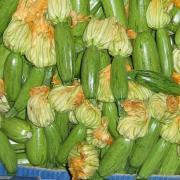 Кабачата в овощном отделе магазина